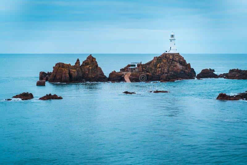Corbiere-Leuchtturm, der auf einer Insel sitzt lizenzfreie stockfotos