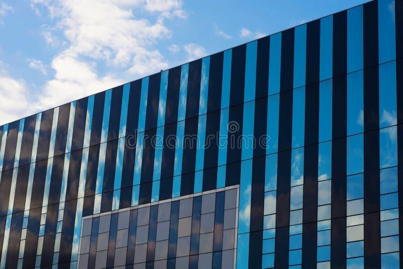 Corby,英国- 2019年1月01日- Corby立方体大厦,Corby镇理事会 与办公楼的现代都市风景 免版税库存照片