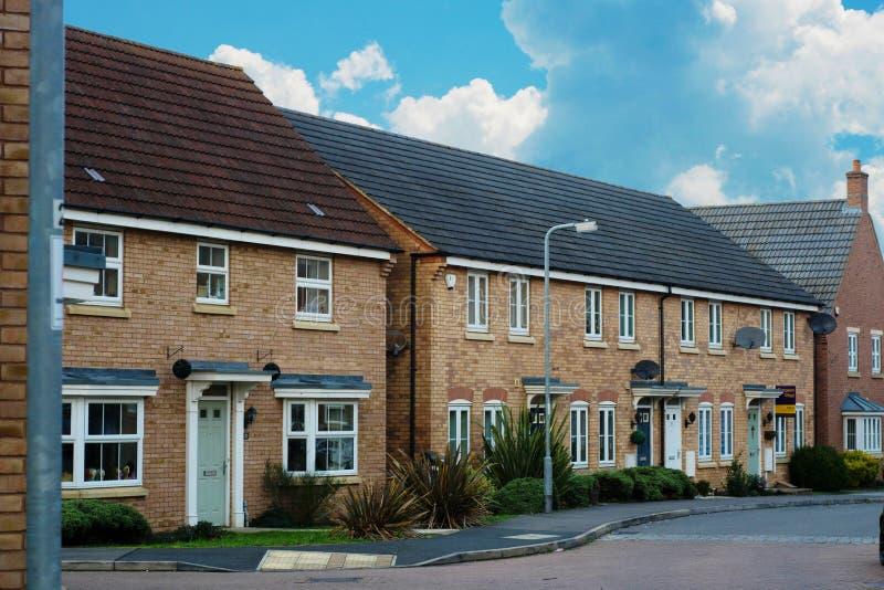 Corby, Великобритания - 1-ое января 2019 Традиционный английский дом, дом кирпича На открытом воздухе, взгляд улицы голубое небо стоковое фото rf
