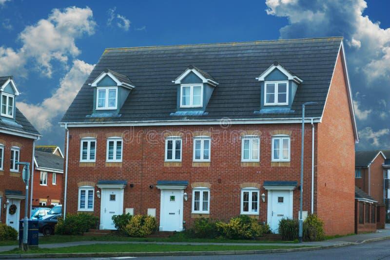 Corby, Великобритания - 1-ое января 2019 Традиционный английский дом, дом кирпича На открытом воздухе, взгляд улицы голубое небо стоковые фотографии rf