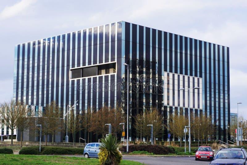 Corby Förenade kungariket - 01 Januari 2019 - Corby Cube byggnad, Corby Borough Council Modern cityscape med kontorsbyggnader arkivbilder