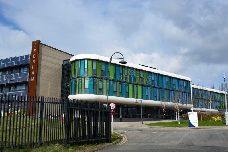 Corby, het UK 19 maart, 2019: De bouw van de Treshamuniversiteit De moderne voorgevel bouw van Engelse universiteit Het concept v royalty-vrije stock foto