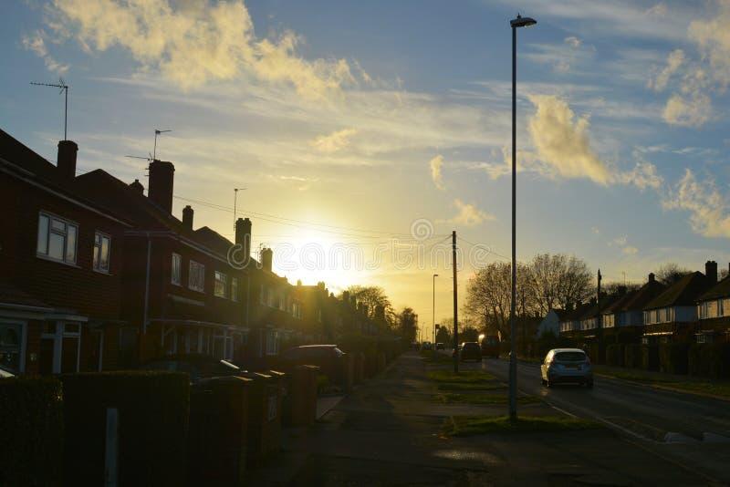 Corby, Inglaterra 13 de noviembre - casas tradicionales del pueblo del ladrillo Opinión de la calle imagenes de archivo