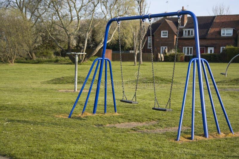 Corby, Reino Unido 4 de abril de 2019 - playgroung exterior para crian?as Tempo de mola, grama verde Balan?o vazio com espa?o da  fotografia de stock