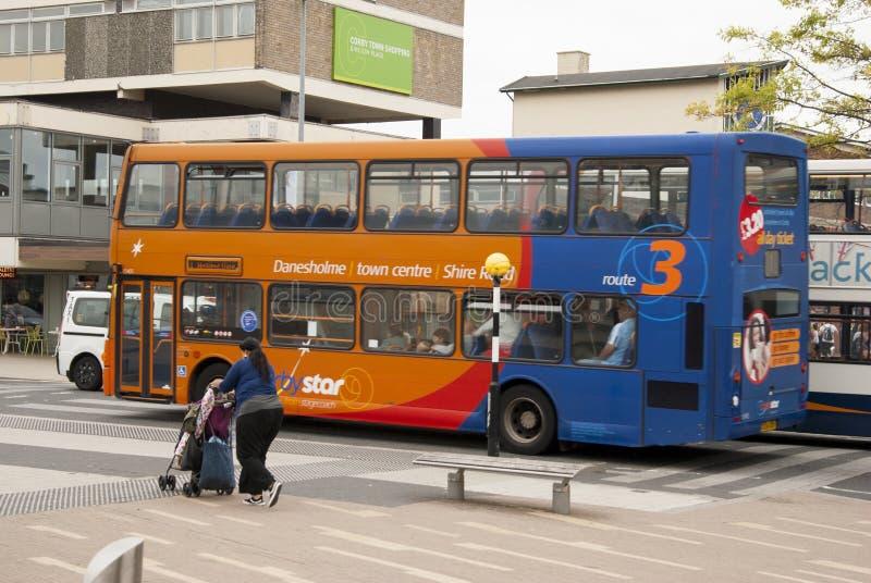 Corby, Reino Unido - 28 de agosto de 2018: ônibus de dois andares inglês na rua imagens de stock