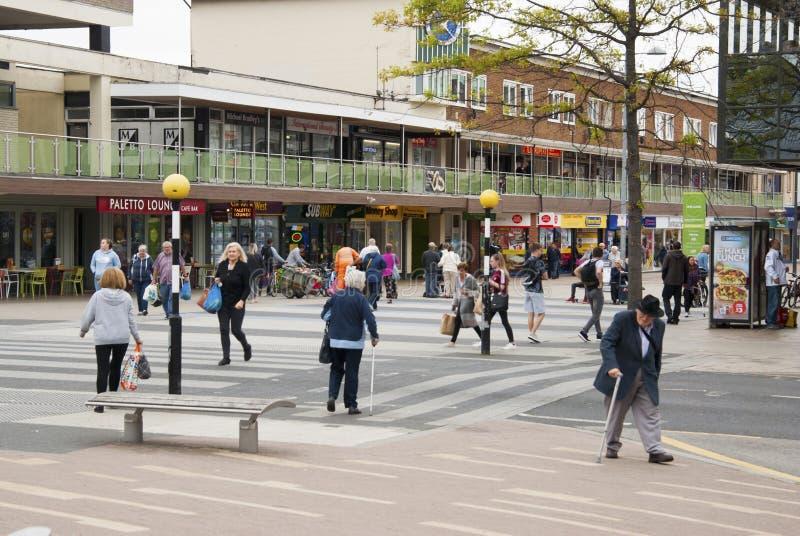 Corby, Reino Unido - 28 de agosto de 2018: Multidão de povos anônimos que andam na rua ocupada da cidade Fim do dia de verão imagem de stock royalty free