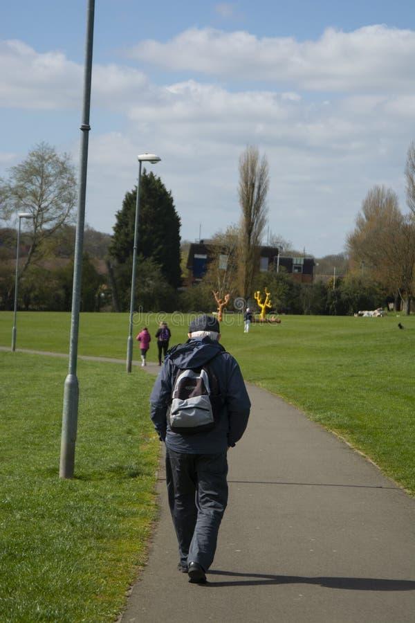 Corby, Reino Unido 13 de mar?o de 2019 - anci?o que anda no parque do outono Copie o espa?o foto de stock