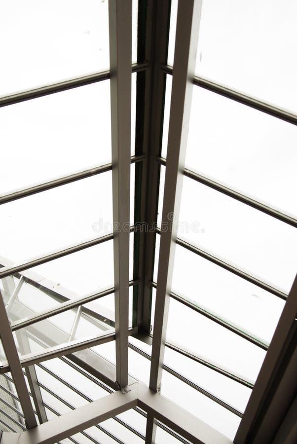 Corby, Reino Unido - setembro, 01, 2018: Painel de vidro geométrico do telhado, close-up, exterior imagem de stock royalty free