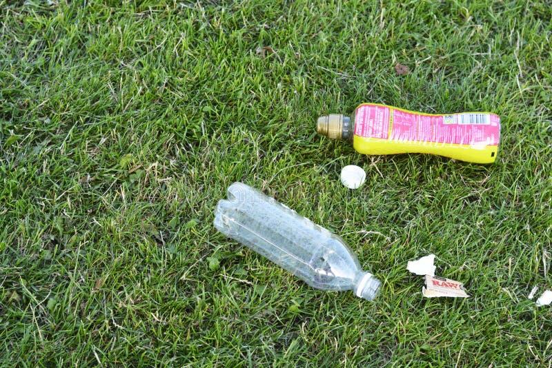 Corby, U ? , Στις 29 Ιουνίου 2019 - κενά πλαστικά απορρίματα μπουκαλιών στη χλόη, μηά απόβλητα, εκτός από τον πλανήτη στοκ εικόνες με δικαίωμα ελεύθερης χρήσης