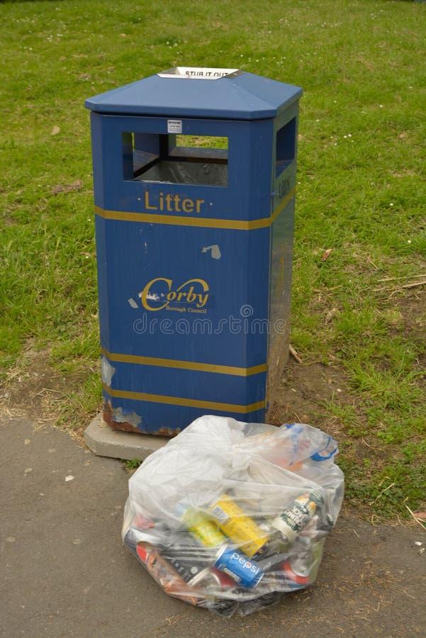 Corby, U K , El 20 de junio de 2019 - la bolsa de plástico con basura de la basura en la calle imagenes de archivo