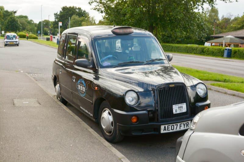 Corby, U K , el 20 de junio de 2019 - taxi typicalenglish, taxi negro imagenes de archivo
