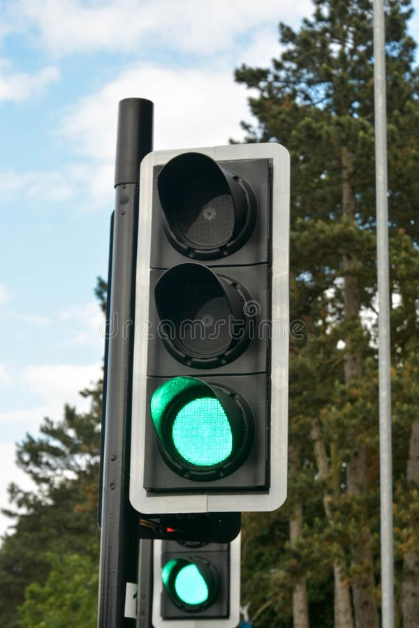 Corby U K , juni 20, 2019 - grön färg på trafikljuset, övergångsställe fotografering för bildbyråer