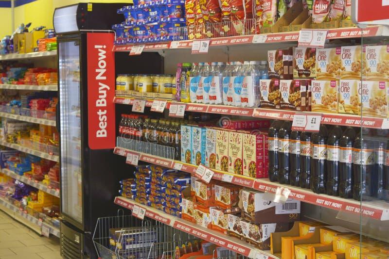 Corby U K , Juni 20, 2019 - inre av matsupermarket Shelfs med många produkter royaltyfri bild
