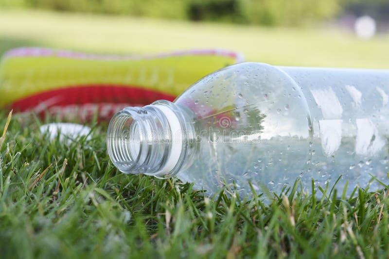Corby, U K , 29 Juni, 2019 - leeg plastic flessenhuisvuil in het gras, nul afval, sparen planeet stock afbeelding