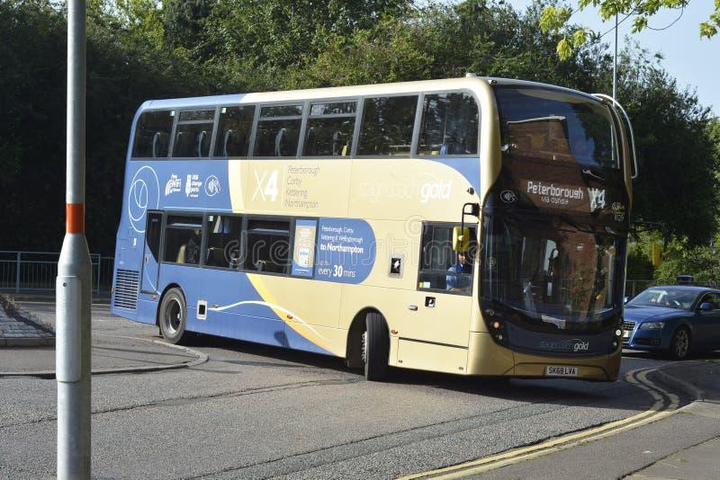 Corby U K , Juni 20, 2019 - två däckad allmänhetbuss av linjen för trans. för Corby stad den inre Gatan besk?dar royaltyfria foton