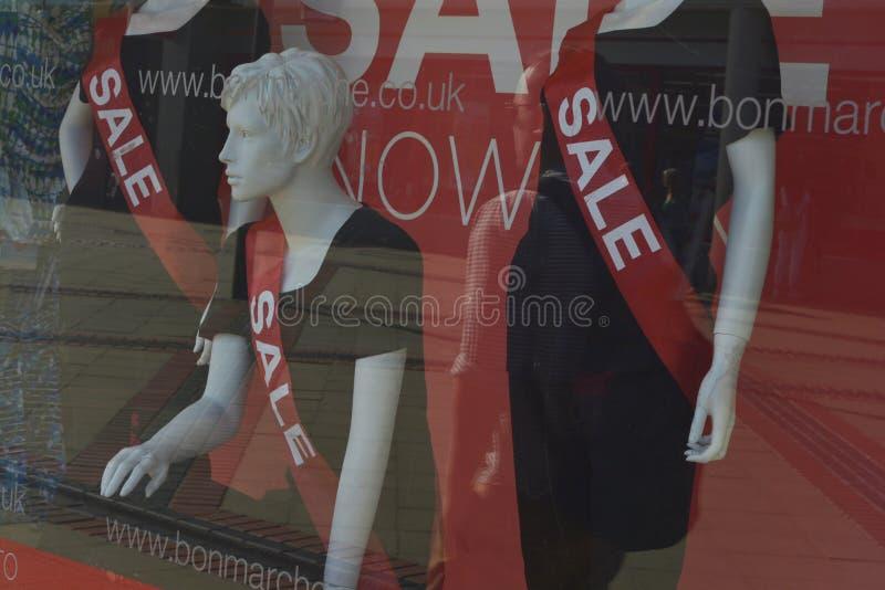 Corby, U K , O 20 de junho de 2019 - manequim em uma janela da loja com inscrição da venda Da venda do tempo roupa da forma fot imagens de stock royalty free
