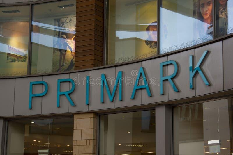 Corby, Vereinigtes K?nigreich April, 29, 2019 - Primark, Logo vom Außengeschäft Die funktionierenden Speicher der bedeutenden Kle lizenzfreies stockbild