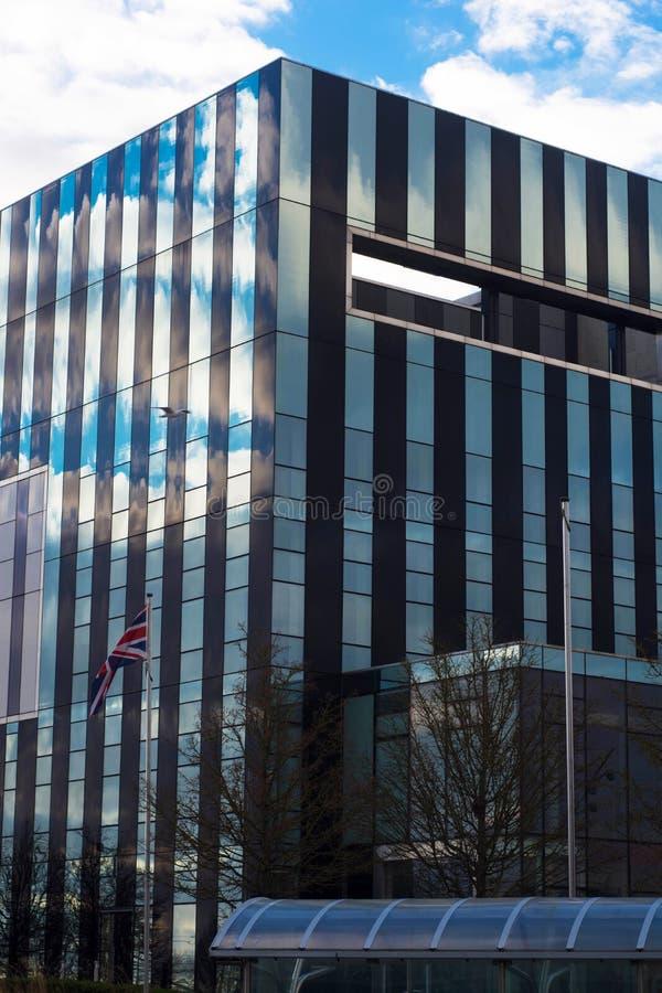Corby, Zjednoczone Królestwo Corby sześcianu budynek, Corby podgrodzia rada - 01 2019 Styczeń - Nowożytny pejzaż miejski z budynk fotografia stock