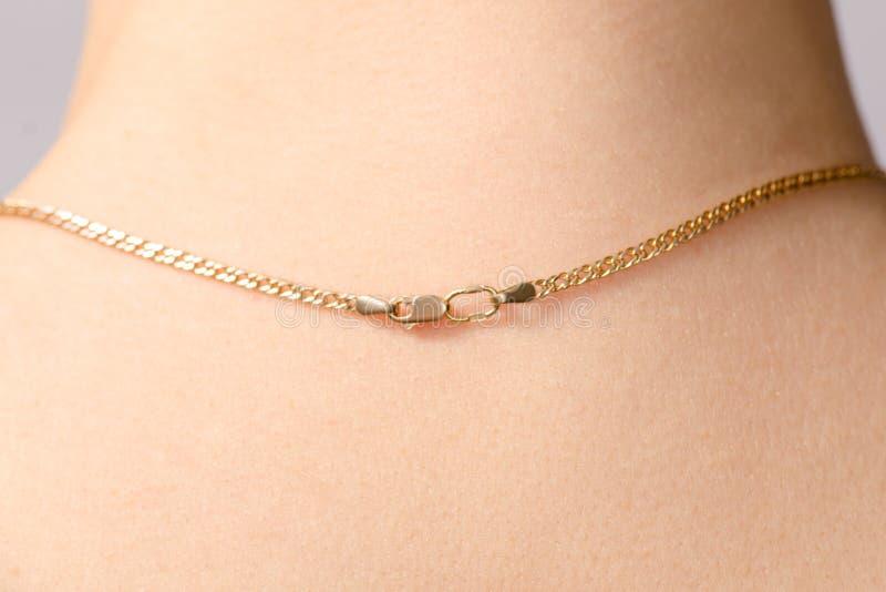 Corchete de una cadena del oro en el cuello imagen de archivo libre de regalías