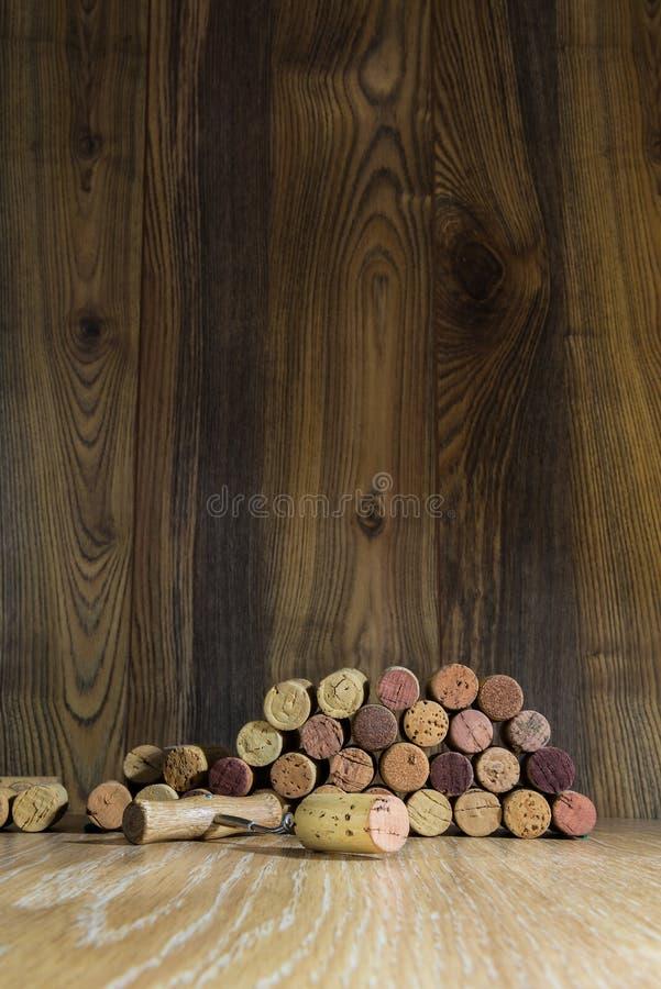 Corcho del vino en un fondo de tableros y del sacacorchos imágenes de archivo libres de regalías