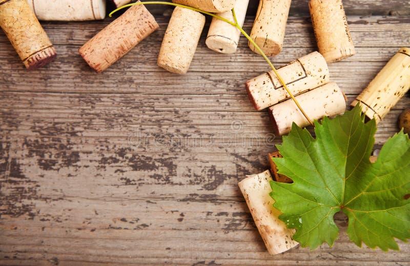 Corchos anticuados de la botella de vino en el fondo de madera fotografía de archivo libre de regalías