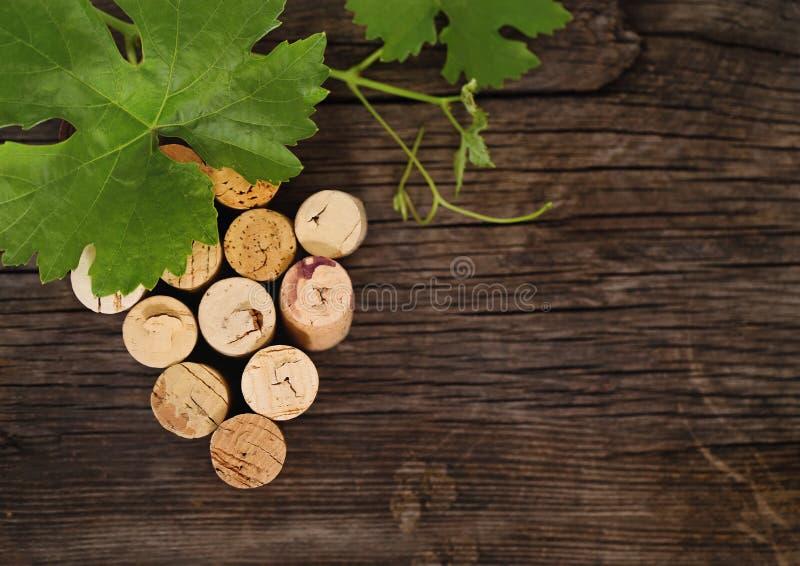 Corchos anticuados de la botella de vino en el fondo de madera imágenes de archivo libres de regalías