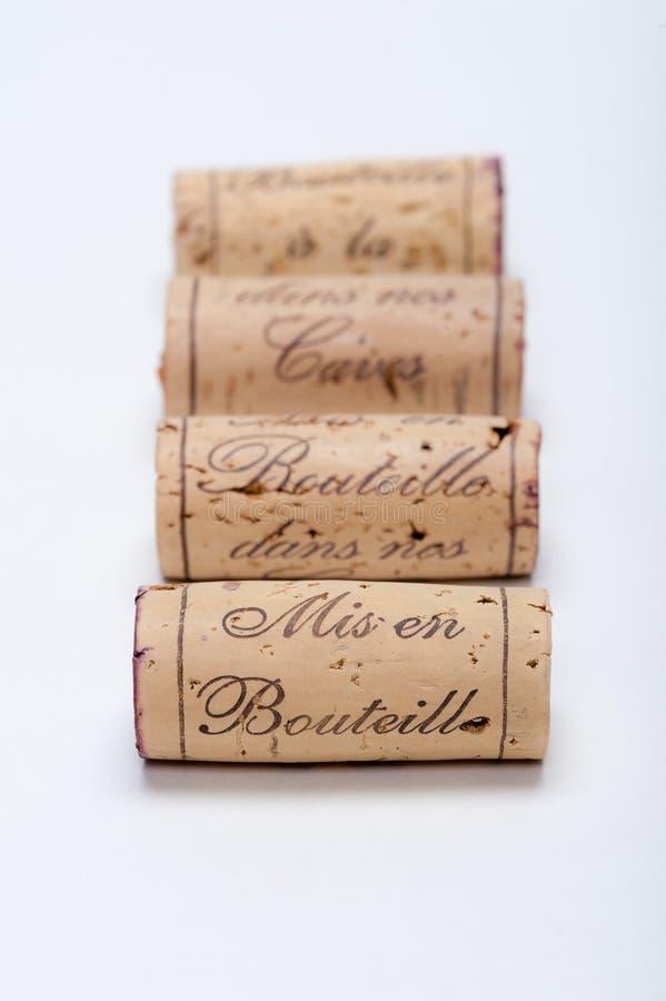 Corchos del vino alineados en blanco fotografía de archivo libre de regalías
