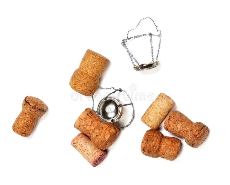 Corchos del vino del champán y muselets en blanco imagen de archivo
