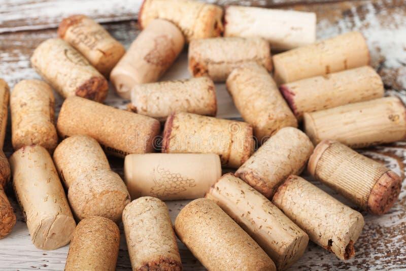 Corchos del vino como fondo, foco selectivo imagenes de archivo