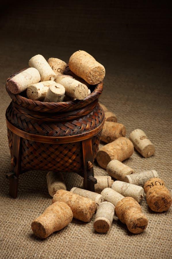 Corchos del vino en cesta imagen de archivo libre de regalías