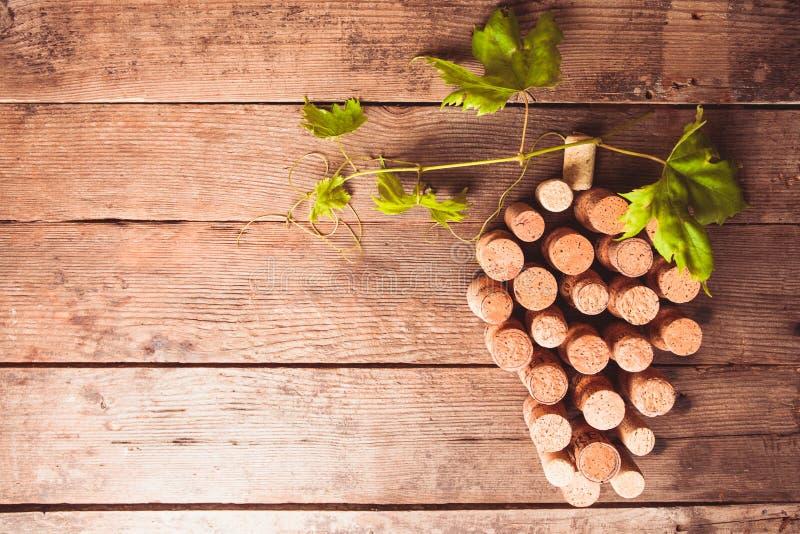 Corchos del vino en la tabla imágenes de archivo libres de regalías