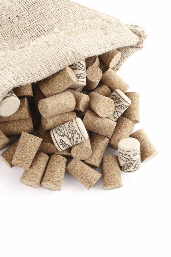 Corchos del vino en un bolso del sisal foto de archivo libre de regalías