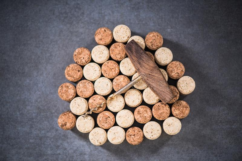 Corchos del vino y sacacorchos naturales del vintage imagenes de archivo