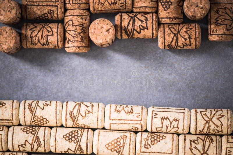 Corchos naturales del vino, fondo del invernadero imágenes de archivo libres de regalías