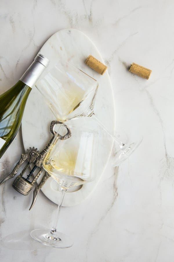 Corchos y glas del eine del fondo del conzept del vino en fondo del marmor fotos de archivo libres de regalías