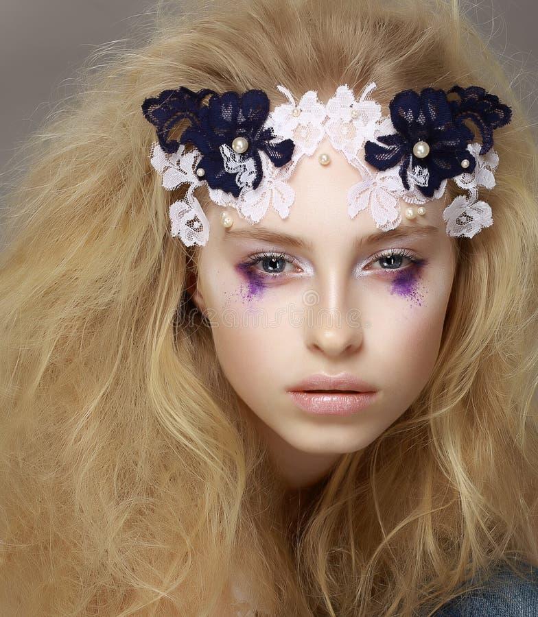 Cordón. Retrato del primer del modelo de moda atractivo elegante con maquillaje moderno imagenes de archivo