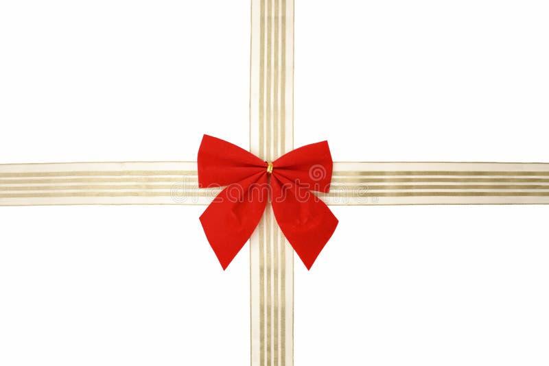 Cordón rojo y cinta de oro para envolver los regalos fotos de archivo