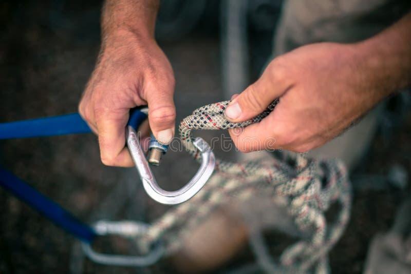 Corda accesso mano del lavoratore che collega la porta vite di bloccaggio Karabiner 2 Cavo di stiratura a 5 tonalità di nylon con fotografia stock libera da diritti