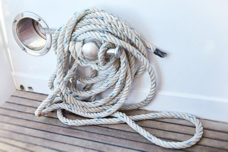 Corda branca bobinada em uma plataforma de barcos de madeira fotografia de stock royalty free