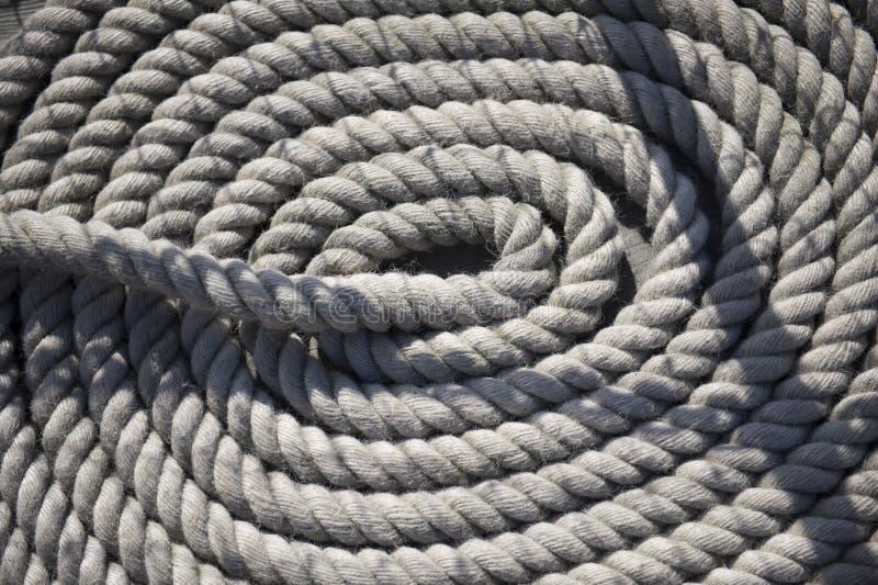 Corda branca redonda no navio imagens de stock