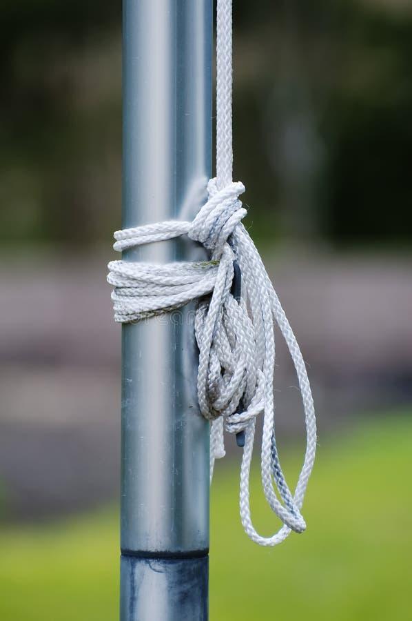 Corda com os nós amarrados a um flagpole imagens de stock royalty free