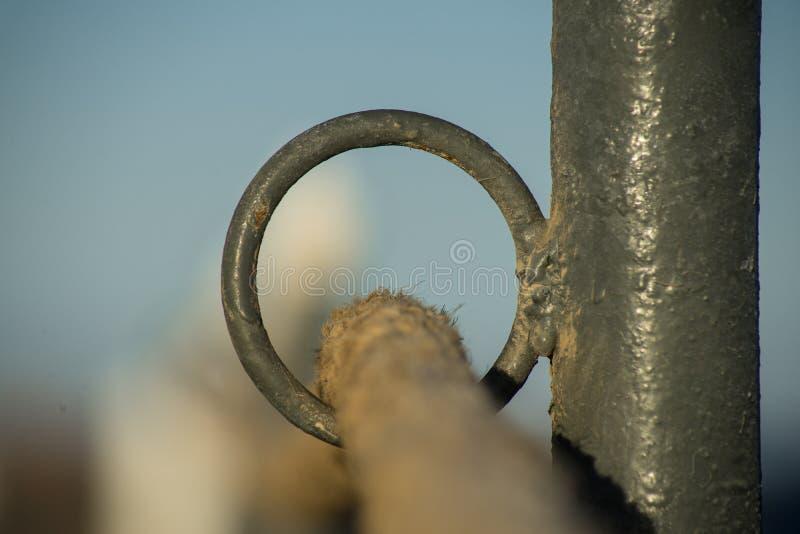 Corda con occhiello di una fase di atterraggio alla luce della sera Chiudi fotografia stock
