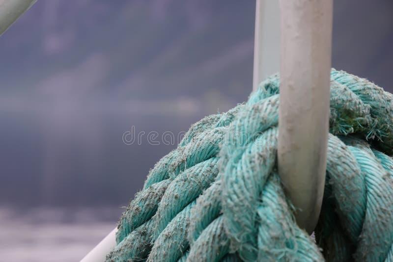 Corda da amarração envolvida em torno do grampo imagem de stock royalty free