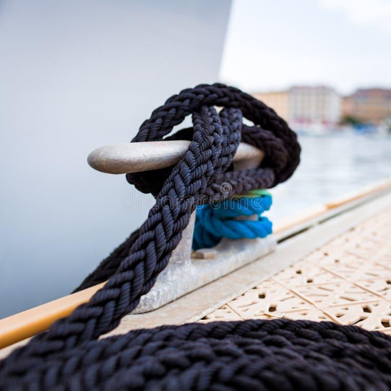 Corda da amarração no navio foto de stock royalty free