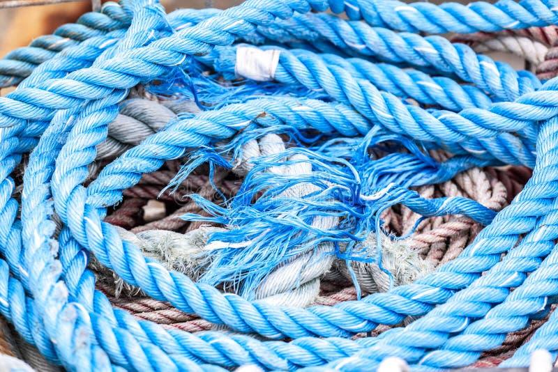 Corda de amarração grossa azul fotografia de stock royalty free