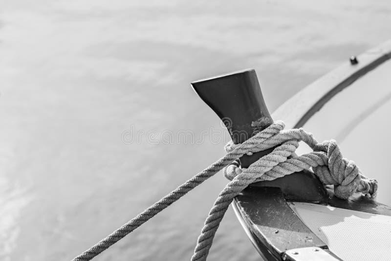 Corda de amarração náutica no grampo da plataforma de barco imagens de stock