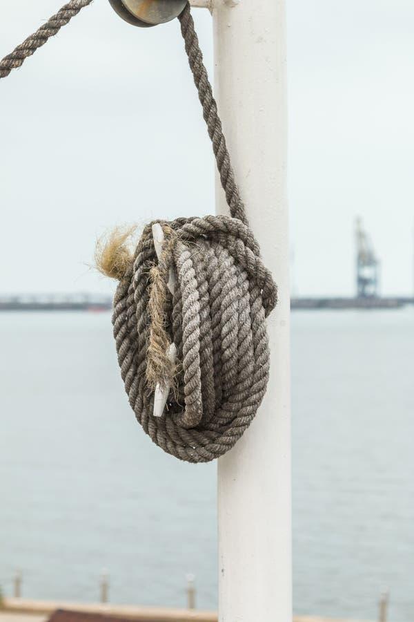 Corda de barco amarrada ao grampo fotografia de stock royalty free