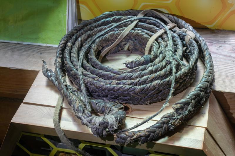corda de couro grossa velha feita manualmente sobre fundo de madeira fotos de stock royalty free