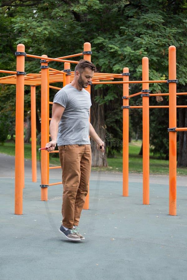 Corda de salto muscular do homem dos esportes fora fotos de stock royalty free