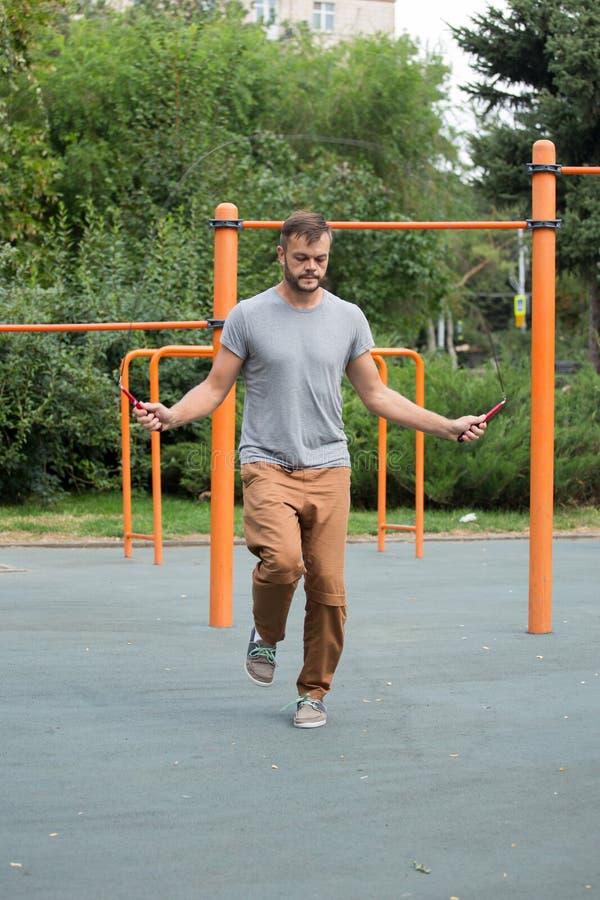 Corda de salto muscular do homem dos esportes fora imagem de stock royalty free